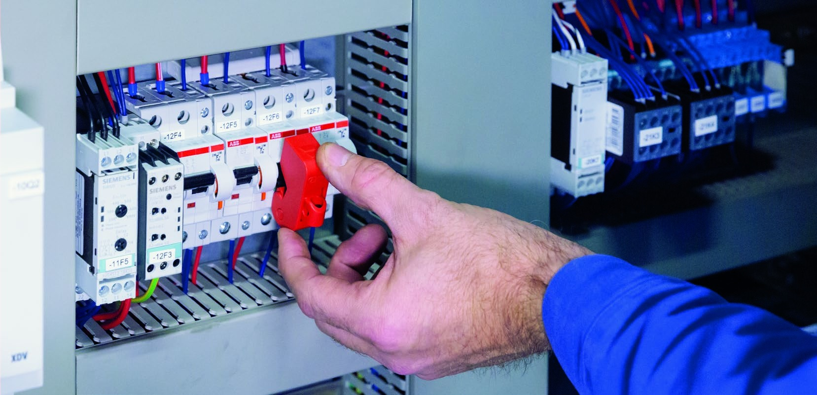 Dispositivo universal de bloqueo para interruptores modulares